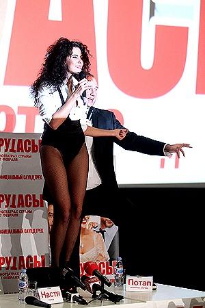 Исполнив с Потапом песню «Выкрутасы», Настя забралась на стол и заявила: «Сегодня я надела свои самые длинные ноги!»