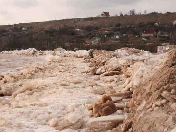 Глыбы льда усеяли берег Азовского моря. Фото: mariupol-express.com.ua.