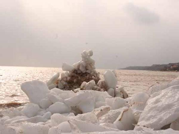 Штормовой ветер и волны принесли айсберги из открытого моря. Фото: mariupol-express.com.ua.