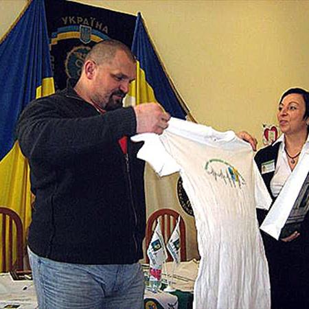 В налоговой решили помочь больным детям. На фото (слева направо): Василий Вирастюк, директор кардиоцентра Владимир Жовнир, Лариса Мыльникова-Сатиш.