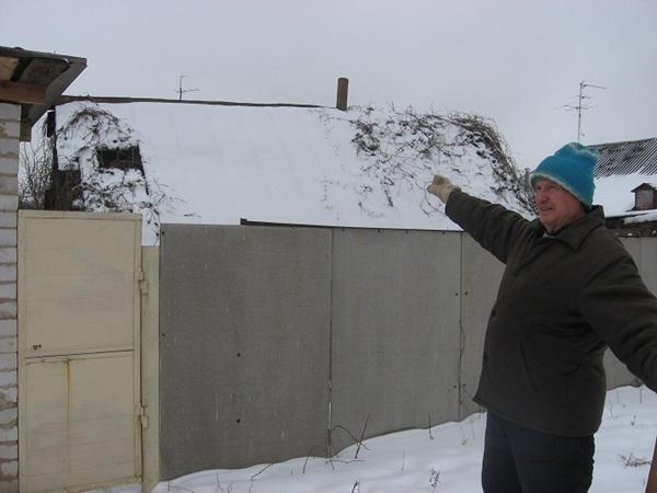 Михаил Колоусов показывает дом-легенду. Говорят,его построил первый местный житель два столетия назад.