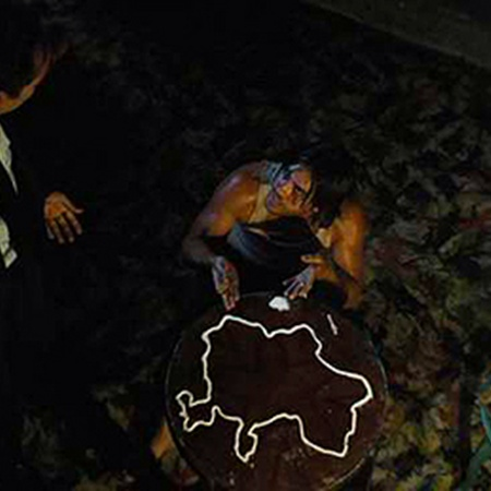 «Оружейный барон». Главный герой - торговец оружием, эмигрант из Одессы - общается с братом-наркоманом, «ностальгично» выложившим кокаином карту страны.