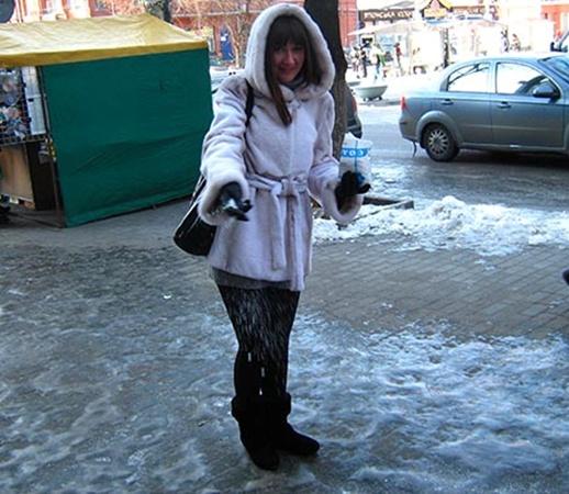 Совершенно безвозмездно самые отзывчивые горожане соглашались посыпать солью скользкие тротуары. Фото авторов.