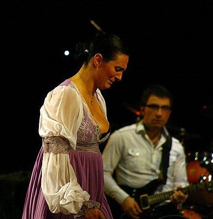 Ваенга на сцене и плакала, и смеялась по-настоящему. Фото Романа Игнатьева.