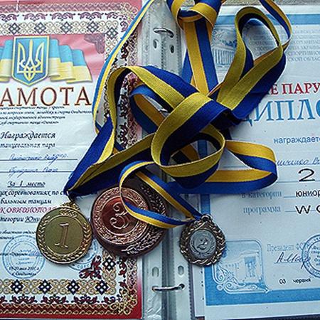 Витя больше трех лет занимался бальными танцами и не раз выигрывал призовые места на конкурсах.