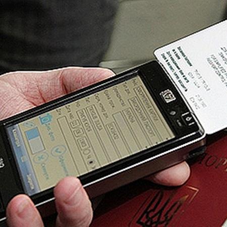 С помощью таких приборов можно считывать информацию с биометрических паспортов европейцев и пограничных карт украинцев.