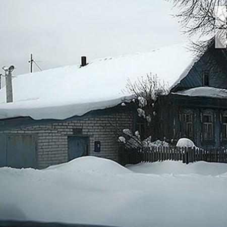 В этом скромном деревенском домике живет гроза целого поселка. Он и сейчас на свободе, вольготно разгуливает по улочкам Большого Козино. Фото Романа Французова.