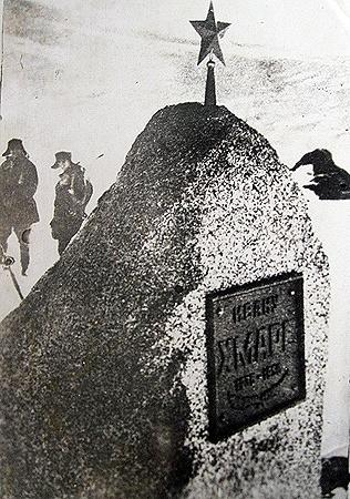Памятник в Антарктиде первому погибшему полярнику-герою ИвануХмаре.