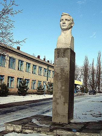 Постамент Хмары вот уже 50 лет возвышается над зданием его родной школы в селе Вишняки.