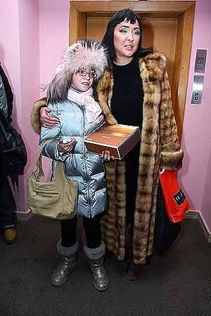 Лолита в Киеве не расстается с дочкой Евой.