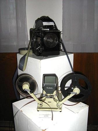 Самый старый экспонат выставки - кинокамера «Родина». Фото автора.