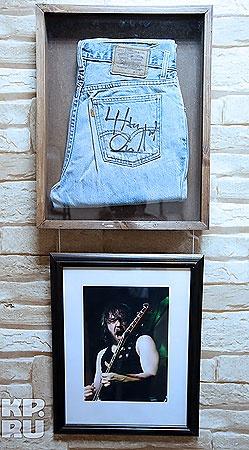 Шнур подарил джинсы, в которых выступал на концертах. Фото Рамиля Гильванова.