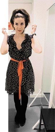 Наша Женя платье примерила, но не купила. Вдруг модница Мишель наденет завтра что-нибудь еще более стильное! Фото АП.