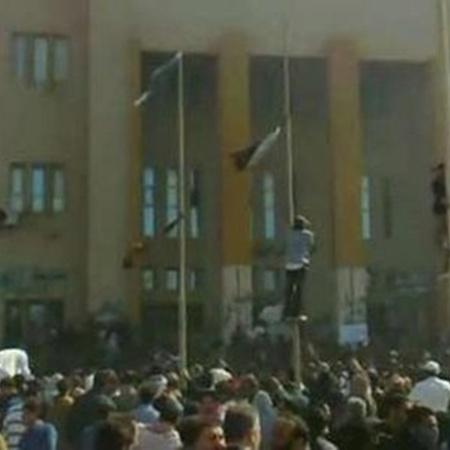Вчера весь день революционеры штурмовали здание правительства, а потом его подожгли.