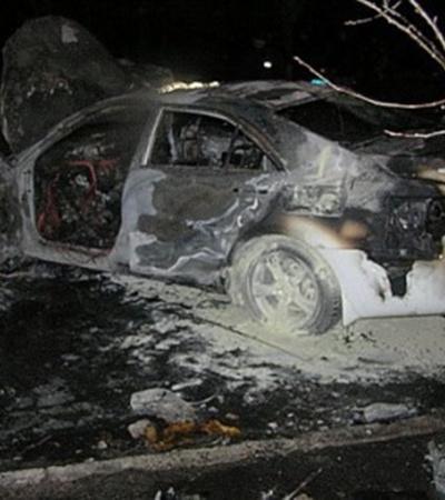 «Пьяная» Toyota врезалась в столб и загорелась. Фото: www.ilich.in.ua.