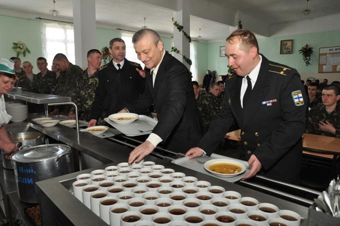 В солдатской столовой на праздник давали гороховый суп, гречневую кашу и компот