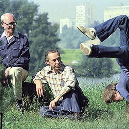 Олег Ефремов (в центре) с отцом Николаем Ивановичем (слева) и сыном Михаилом (справа) на прогулке. 1977 г. Фото: РИА