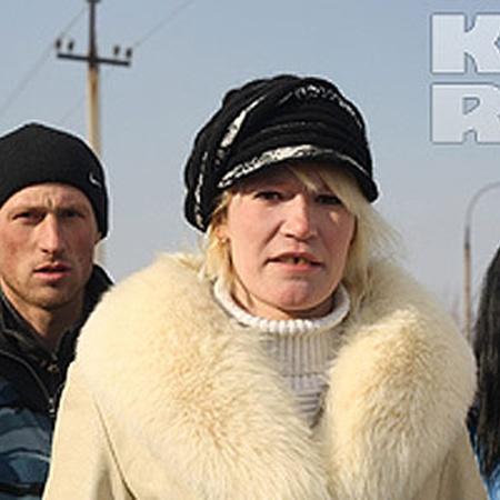 Хозяева конюшни: Екатерина Шувалова и Александр Иванов. Оля Шибарева (справа) ухаживала за лошадками.