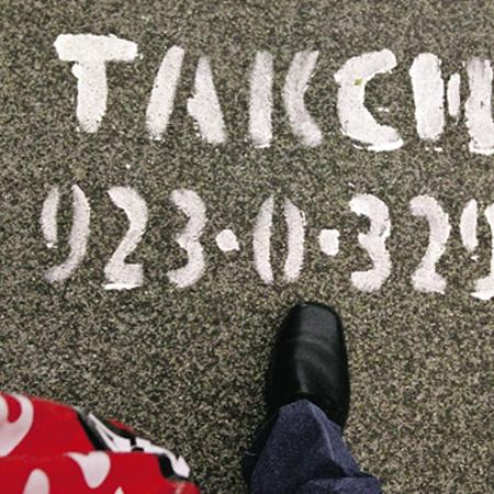 Раньше реклама наступала на нас, теперь мы наступаем на нее. В буквальном смысле. Фото К. Берендеева, Москва.