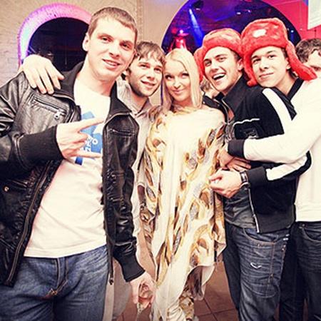 Анастасия Волочкова общалась со всеми поклонниками. Фото Дарьи НАГОВИЦИНОЙ.