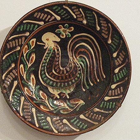 Круглые тарелки выставляли на полках, чтобы те принимали на себя плохие мысли.