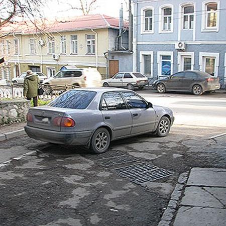 Татьяну заметили на заднем сидении черной «Тойоты», припаркованной неподалеку от суда.
