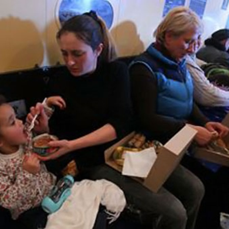 Один из моментов эвакуации, заснятый нашим фотокорреспондентом Владимиром Веленгуриным. Для детей, родившихся в Ливии, многое в новинку - и приключение на борту самолета МЧС, и вкус российской тушенки. Фото Владимира Веленгурина.