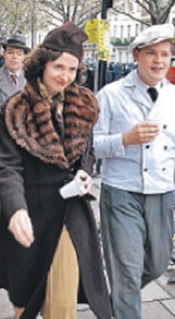 Массовка в нарядах 30-х годов прошлого века смотрелась на лондонских улицах вполне естественно.