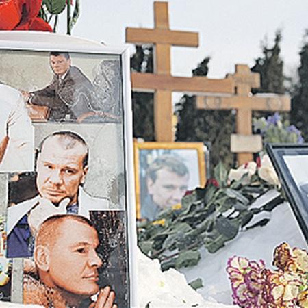 Так выглядит могила актера сегодня: поклонники приносят к ней цветы и фотографии Влада.
