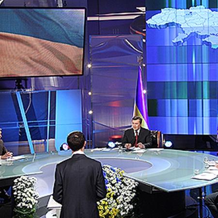 Компанию президенту в студии составили журналисты. Фото Андрея МОСИЕНКО.
