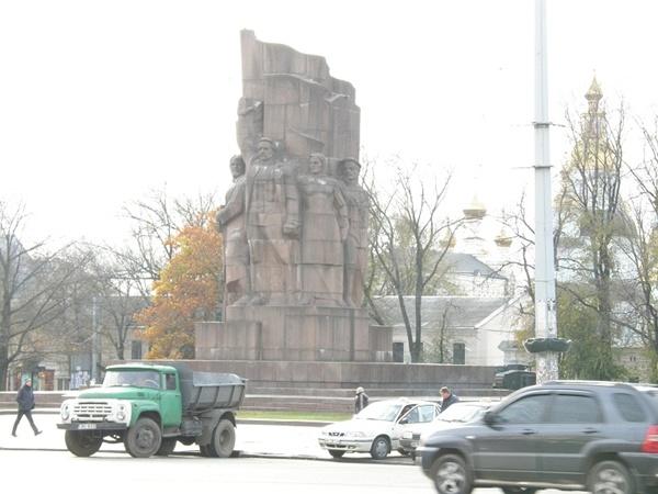 После реконструкции площади Конституции «Пятерым из ломбарда» там места не будет. Фото из архива