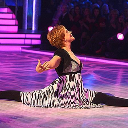 Татьяна Догилева во время танца без труда уселась на шпагат.