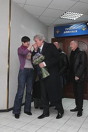 Сойдя с трапа самолета, актер первым делом принялся целовать девушек.