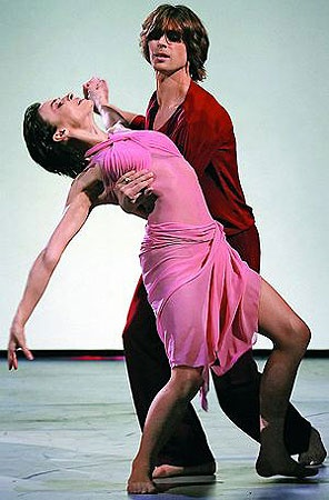 «Пригласите даму танцевать!» Партнером Надежды по телепроекту «Лед и пламень» стал фигурист Петр Чернышeв. Фото Persona Stars.