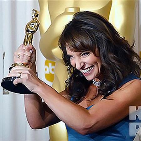 Режиссер Сюзанна Вир получает «Оскара». Ее работа «Месть» названа лучшим иностранным фильмом. Фото АП.