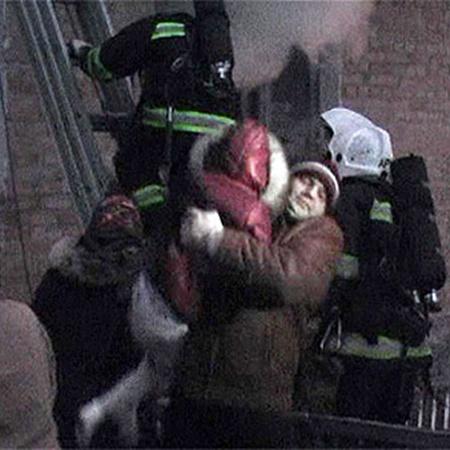 Сначала бригада спасателей поднялась по лестнице за детьми, а потом по ней спустились трое взрослых.