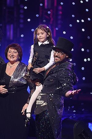 Коляденко передал награду для Оксаны Марченко через ее дочь Дашу (слева на фото - бабушка девочки).