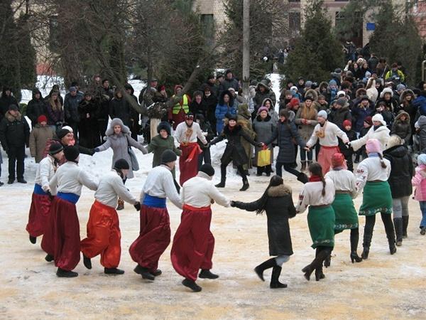 Мороза ни гости, ни хозяева праздника не испугались: грелись в танце. Фото автора.
