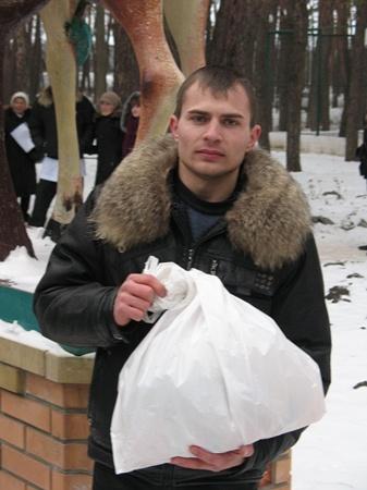 Андрей Якимец первым покорил масленичный столб. Фото автора.