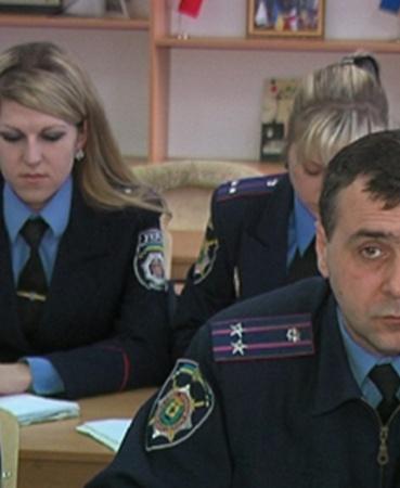 Милиционеры Мариуполя сели за парты учить языки к Евро-2012. Фото: ilich.in.ua