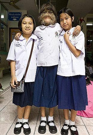 У Супатры в школе много друзей. Фото DailyMail.