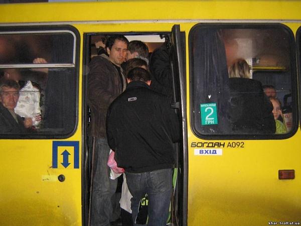 Ямщик, ну скостил бы проезд для людей – глянь, пассажиры торчат из дверей! Фото Сергея КАШИРИНА и из архива «КП».