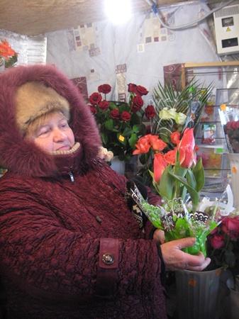 Мужчины не слишком оригинальничают, отдавая предпочтение розам и тюльпанам, а реже всего покупают хризантемы и орхидеи.