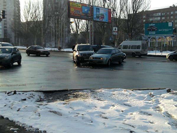 В центре Донецка «поцеловались» Mersedes и Deawoo. Фото: Юля Ткаченко.