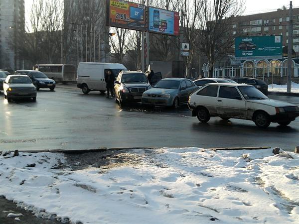 Автомобили столкнулись прямо в центре перекрестка. Фото: Юлля Ткаченко.