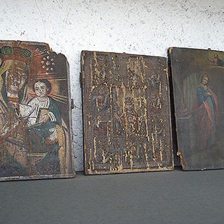 Старинными иконами с мусорников интересуются коллекционеры.