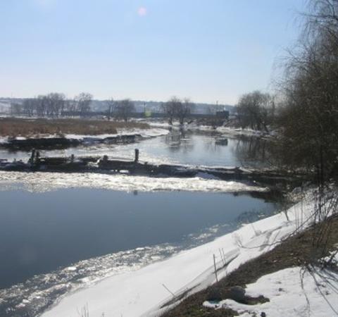 В Мариуполе мужчина отгородил дамбой часть реки Кальмиус. Фото: Николай Рябченко.