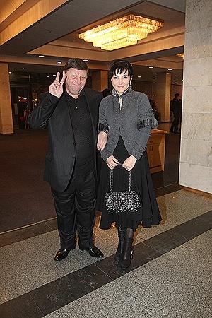 Нардеп Александр Волков пришел посмеяться в компании супруги.