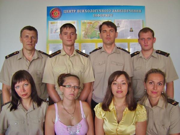 Подполковник Елена Марункевич (крайняя справа) занимает должность замначальника центра психологического обеспечения областного управления МЧС. Фото из личного архива Елены Марункевич.