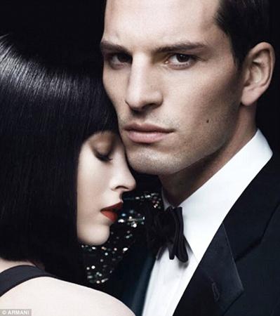 В рекламе нового парфюма Armani Code Pour Femme Меган Фокс просто не узнать. А всё из-за необычной причёски. Фото: Armani